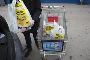En kvinna ska ha försökt stjäla en kundvagn fylld med matvaror. Personen på bilden har inget med händelsen att göra.