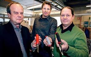 Moraknivens modeller delas nu in i tre pris- och kvalitetsklasser. VD Arne Grahn visar den klassiska kniven, som är billigast. Utvecklings- och teknikchef Henrik Eriksson visar ett exempel ur mellanklassen och marknadschef Thomas Eriksson håller i en kniv ur högsta klassen, som har bättre grepp och olika specialblad. - Men det är samma stål i alla, FOTO: JENNIE-LIE KJÖRNSBERG