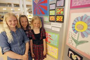 Moa Mohlin, Olivia Lycksell och Emilie Wedmark, är tre tjejer som älskar mattekonst och här stolta visar upp sina och kamraternas alster.