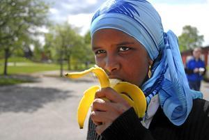 Uppladdning. Khadija Issa laddade med en banan före loppet och fyllde också på med en efter.