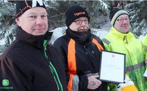 Stora Enso skogs drivningsledare Stefan Olofsson, till vänster, med diplomerade entreprenadlagets Mats Danielsson och Bosse Norman.