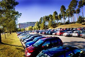 På personalparkeringen vid Gävle sjukhus har man hittills kunnat parkera gratis – men nu är det snart slut på det.