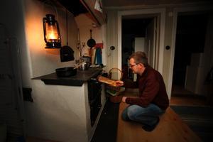 Strömavbrott. Då blir det matlagning på järnspis, säger Peder Davidsson.