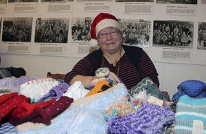 Vivianne Lagerström har alltid en stickning på gång när hon ser på tv. På julmarknader passar hon på att sälja sina fina vantar, mössor och sockor.