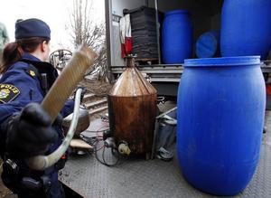 Polisen har lagt beslag på nio hembränningsapparater, 2 500 liter sprit och 8 600 liter mäsk. Skattemyndigheten vill lägga beslag på annat och har begärt att få säkra värden hos fem av de misstänkta för 13,7 miljoner kronor.