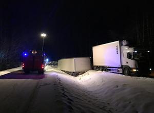 Lastbilssläpet hamnade i diket och ingenting av lasten spreds på vägen.