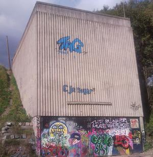 En bunker på norr har fått graffitiutsmyckning på hög höjd.
