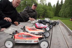 Det är såna här bilar, radiostyrda bilar i mittenstorlek, 1/10, som banan i Ede är byggd för. På bilden Kent Dahl, närmast, Janne Dahl, längre bort.