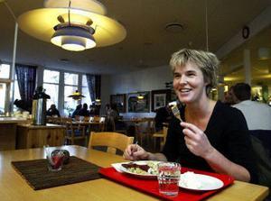 Katarina Fröjd från Folktandvården uppskattar stjärnkockens kokkonster.