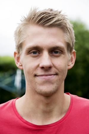 Dennis Sjölén imponerade på Selångers tränarduo Anders Högman och Mikael Andersson under försäsongen och 19-åringen spelade de tio första matcherna från start. Den elfte missade han på grund av skallskadan och nu kan han missa resten av säsongen.