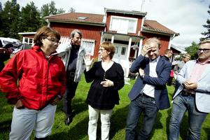Nyligen besökte ett tiotal riksdagsledamöter myggområdet vid Österfärnebo. Ingrid Bergman, i mitten, berättade för Solveig Zander, C, Mikael Oscarsson, KD, och Andreas Carlson, KD att det i stort sett varit omöjligt att vara ute under sommaren.