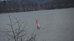 På nyårsaftonen 2013, såg vi denna tuffa vindsurfare på Asköfjärden. Vissa år har det varit skridskoseglare!