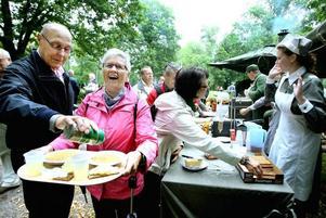 Bertil och Anna Munter passade på att äta ärtsoppelunch i Regementsparken. Och att återuppväcka gamla minne. Bertil arbetade ju på I 14 tills det lades ned.