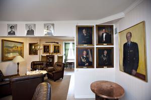 Övervåningen är inredd som en engelsk klubb med regementscheferna på väggen. Tomas Bornestaf porträtt hänger längst ner till höger.