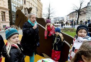 Monika Westin skapade en saga tillsammans med barnen när sagoparken invigdes.