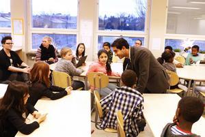 Civilminister Ardalan Shekarabi (S) pepprades med frågor från elever på Nynäs Montessoriskola, där han själv gick i skolan.
