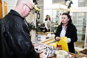 Stamkunden Jan Stenberg gör ett sista köp hos Mia Wåhleman.