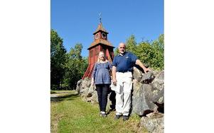 Centerns Gertrud Hjelte och Leif Hedlund framför det nyrenoverade klocktornet i Långshyttan. Foto: Berit Zöllner/DT