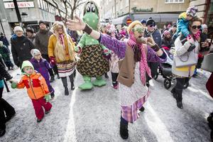 Traditionsenligt anordnades på skärtorsdagen påskparad genom de centrala delarna av Östersund.