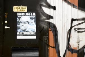 På väggar och lyktstolpar kring Valbo centrum sitter affischer och lappar med högerextrema budskap.