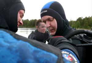 Anders Lindroos får hjälp av Pelle Holmlund med utrustningen.