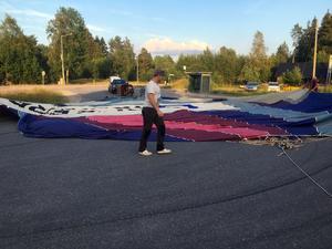 Simon Josefsson får hjälp med att veckla ut den 20 meter höga och 10 meter breda ballongen.