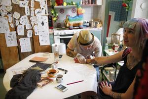 Moa Wallin från Delsbo var en som tog chansen att tatuera sig när det i helgen anordnades drop-in-tatuering på Stenegård i Järvsö. Hon har redan flera tatueringar och vill nu ha en till på ena handen. Tatueraren Thure Melander följer noggrant sin utlagda skiss med tatueringsmaskinens nål.