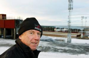 """Han ser lite bekymrad ut Bengt Eriksson, som är spåransvarig vid de kommande världscuptävlingarna. """"Men vi har snö i lager så det räcker. Det blir bara besvärligare"""", säger han"""