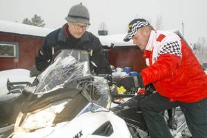 Tomas Färnlund visar en av sina nya modeller för Bengt Larsson.