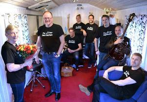 Sundsvallsbandet Dackaran har spelat in drygt 140 000 kronor Barncancerfonden Norras byggande av Hjältarnas hus i Umeå.