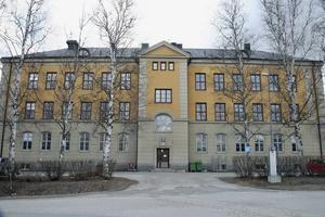 150 platser för asylsökande står färdigt på Hågestaområdet i kasernen där gamla garnisonssjukhuset fanns en gång i tiden. 30-40 personer har redan flyttat in byggnaden som drivs under Migrationsverkets regi.