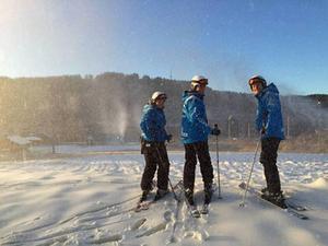 Kungsbergets nya platschef Martina Svensson och hennes kollegor Jesper Malmquist från Vallåsen och Martin Sturmhoefel från Branäs testar årets första snö i Kungsberget.