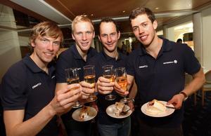 Svenska stafettguldmedaljörerna från OS i Vancouver 2010 firar Bragdguldet med tårta och champagne på ett hotell i Davos, Schweiz. Från vänster: Johan Olsson, Daniel Richardsson, Anders Södergren och Marcus Hellner.