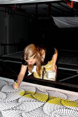 Katarina Widegren arbetar med sitt Vectorine-mönster under lördagens performance