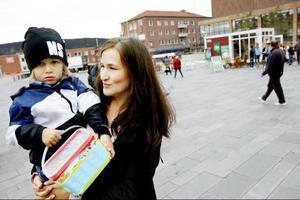 Annika Ringdahl, Frösön (med sonen Yngve):–Jag tror inte att det är så många knäppgökar som besöker valstugorna. Han borde passa sig för vad han säger, det kan få folk att byta sida.
