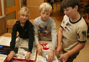 Ronja, Adrian och Albin i årskurs fyra hade 3 000 bitar att plocka med när banen började byggas för några dagar sedan.