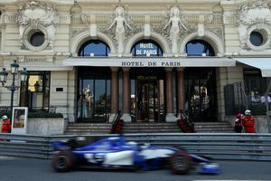 Marcus Ericsson förbi Hotel de Paris, precis före kurvan ut på kasinotorget, i Monacos GP, formel 1-kalenderns mest klassiska och prestigefyllda race.