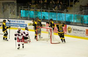 VIK-spelarna jublar efter att Fredrik Johansson petat in sitt och matchens första mål mot Sura.