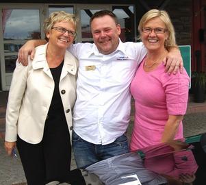 Taxiägaren Roger Andersson tackade de kvinnliga ministrarna med en kram för det gränsöverskridande taxiavtalet som ger taxi i Sälen nya möjligheter. Foto:Anders Mojanis