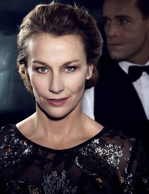 Elisabet Carlsson som Adrienne.