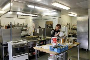 Varje vardag serveras middag för alla boende i husets matsal. Olika matlag turas om att laga, och den här dagen är Sandra Söderqvist en av kockarna.