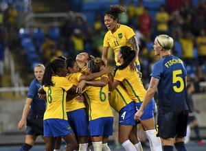 Brasilianskt jubel efter att Marta rullat in 3–0 mot Sverige på straff.