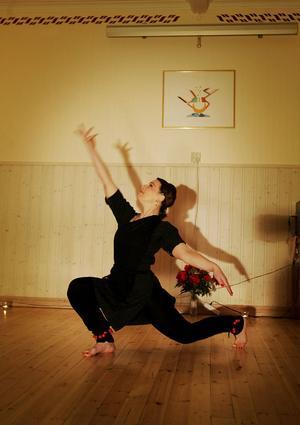 VACKRA RÖRELSER. Milana Severskaya visar prov på sin skicklighet inom indisk klassisk dans och har ett kroppsspråk som är enormt vackert.Foto: Sofie Wiklund