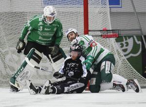Ted Haraldsson och Magnus Joneby på isen framför Andreas Bergwall i den fjärde semifinalen som VSK vann.