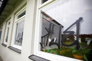 Kökspersonalen på Enångers skola upptäckte det omfattande klottret på måndagsmorgonen. Så kallade taggar syns på dörrar, väggar, matskåp och, som här, på fönsterrutor.