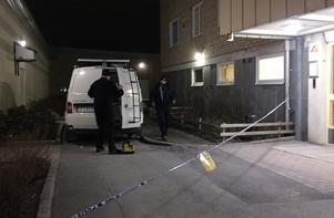 Tekniker är på plats för att säkra spår efter att två personer blivit skjutna.