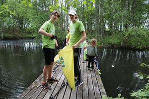 Anton Eriksson och Elias Marcus med sitt ihopsamlade skräp.