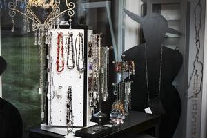 Smycken. Det finns inte bara kläder på Storstilat. De har även smycken och andra accessoarer.