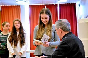 Det var många elever som ville ha Julian Betters signerade bok efter hans föreläsning om Gulag på Kyrkbacksskolan i mars i år.