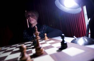 """Schackpjäserna byter genus alltmedan Liemannen glimtar fram  i rosaröd blixtbelysning. """"Döden är närvarande för att påminna oss om att vi måste våga ta viktiga beslut för att få ett bra liv"""", säger Sonja Nilsson.Foto: Håkan LuthmanFoto: Håkan Luthman"""